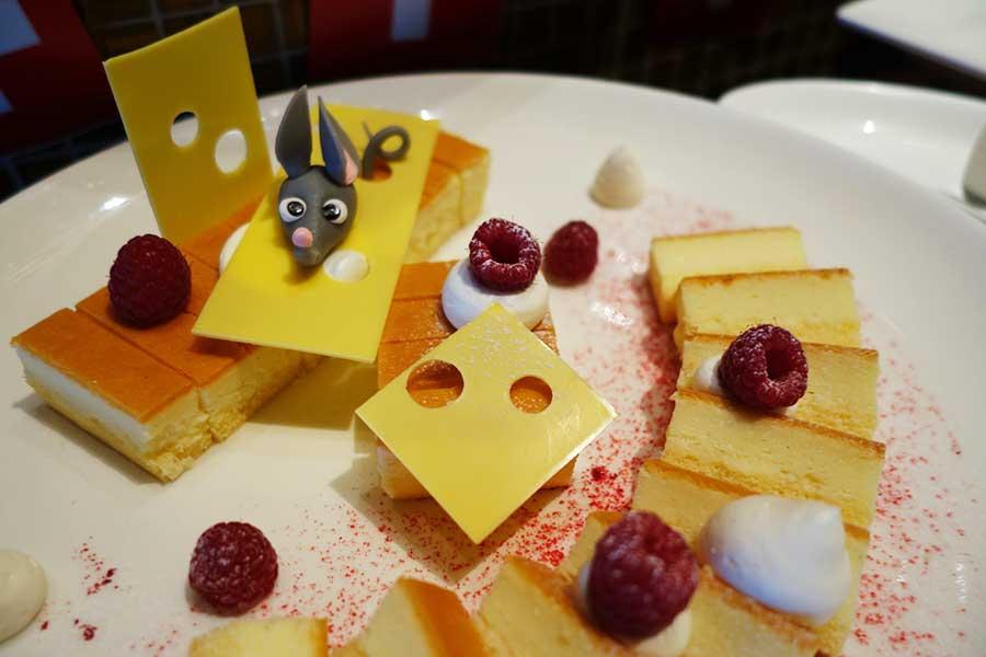 スライスチーズ・ケーキ。デザート・コーナーには、ティラミス、カスタードプリン、スイスキャロットケーキなども並ぶ