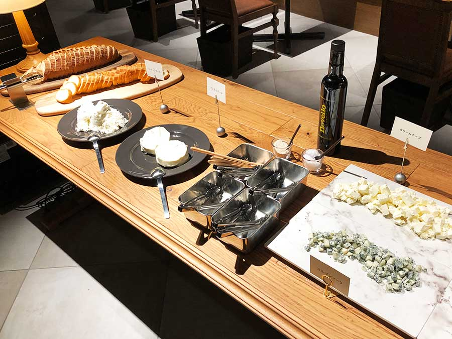 ランチタイムは、中央にチーズのブッフェ台が登場