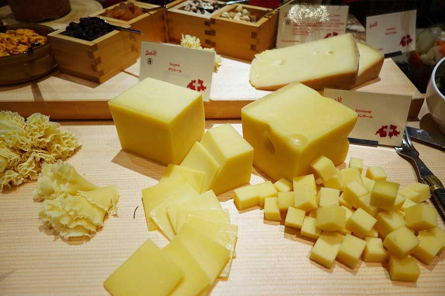 チーズの食べ比べ。アッペンツェラー、テテドモアンヌ、グリュイエール、エメンタールなどが並ぶ