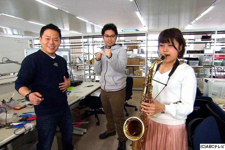 大阪工業大学の学生たちと交流する、高卒のダイアン津田