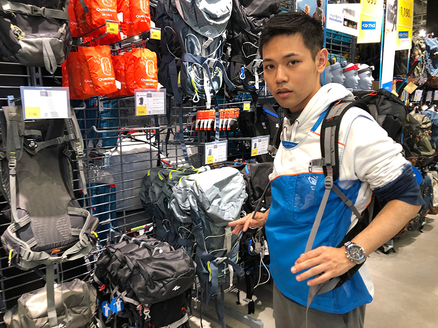 専門のスタッフが商品の扱い方を丁寧に説明してくれる。登山・キャンプ・ハイキング用品担当のスポーツアドバイザー・菅勇一郎さん