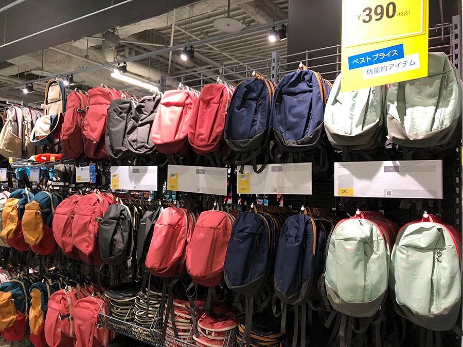 目的別に、さまざまな大きさのバックパックがそろう。新製品のデイパックは390円