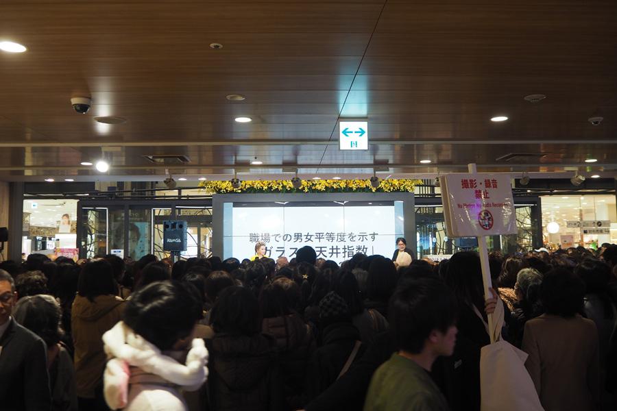 ひと目見ようとキャパ以上の人々が詰めかけたデヴィ夫人のトークイベント(7日・大阪市内)