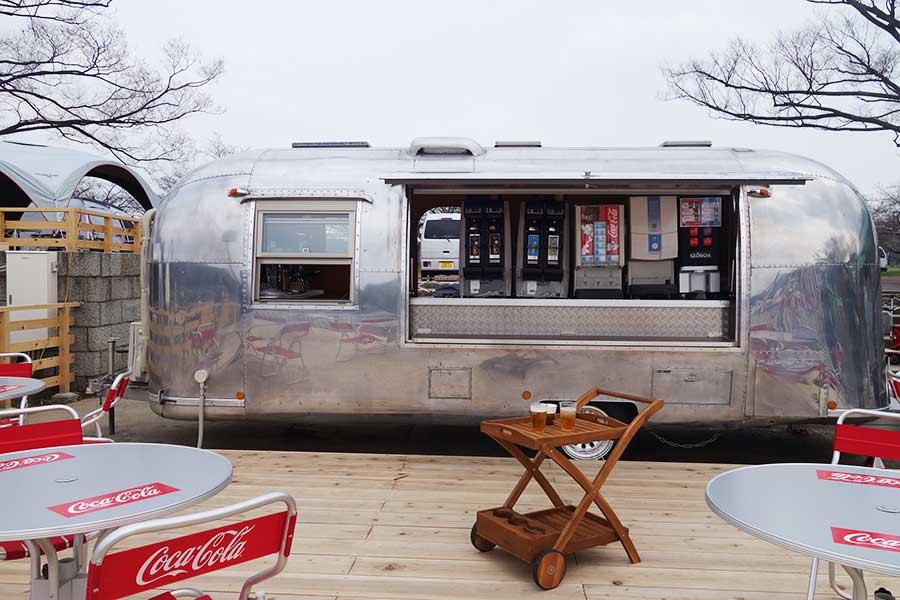 「エアストリーム」は2台あり、うち1台ではドリンクを販売。生ビール500円