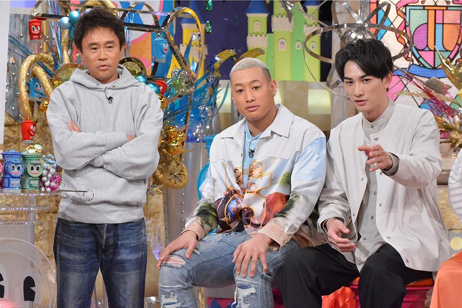 左から、MCの浜田雅功、関口メンディー、町田啓太 © ytv
