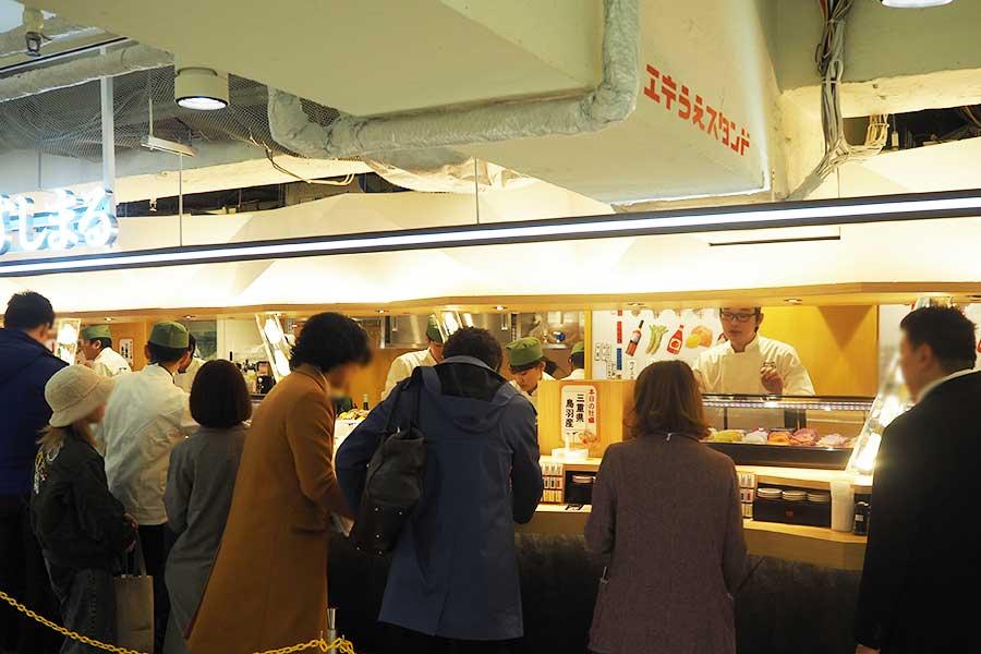 初日、朝11時の開店と同時に賑わった「エキうえスタンド」エリアはプラザ館M2階