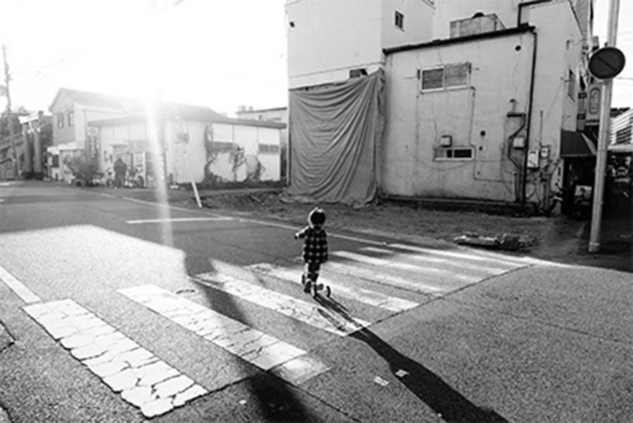 神戸を中心に各所で配布中されているフライヤーより。広げると平民金子の写真作品になっているほか、2千字強の解説文つき。写真は全20種類ありマニアの間では既に争奪戦に