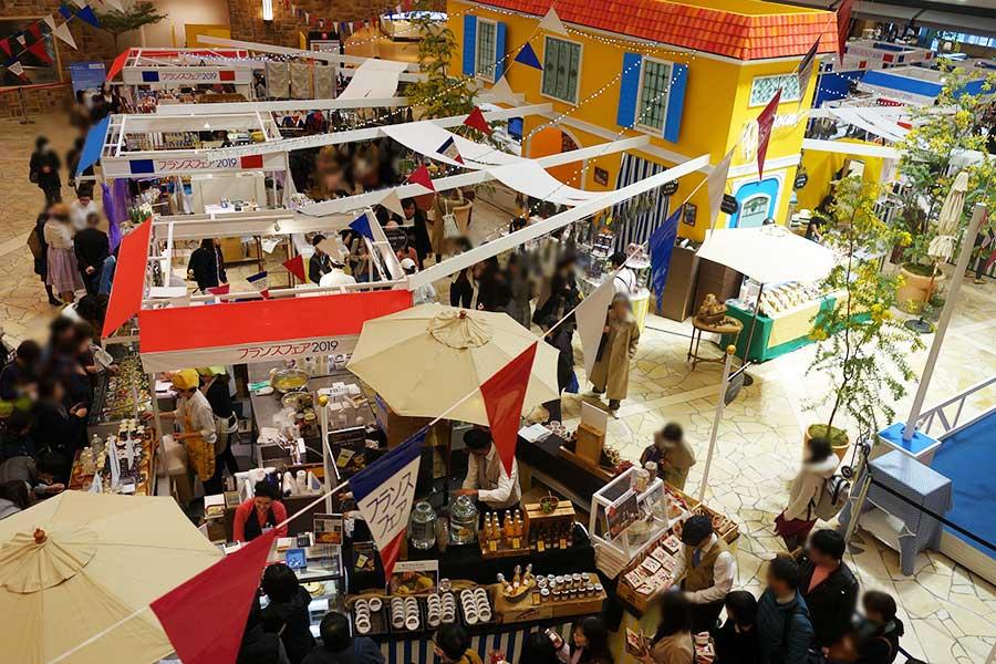 会場「祝祭広場」では、マルシェをイメージ。チーズ、スイーツ、石鹸、ポプリなど多様な商品が並ぶ