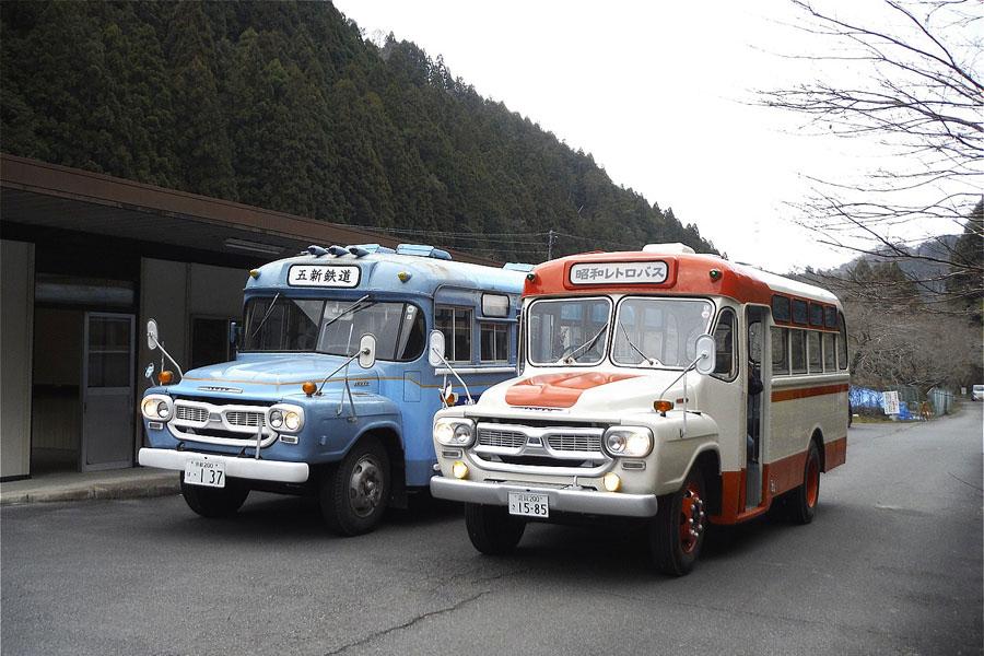 旧城戸駅前に並ぶ、レトロなボンネットバス