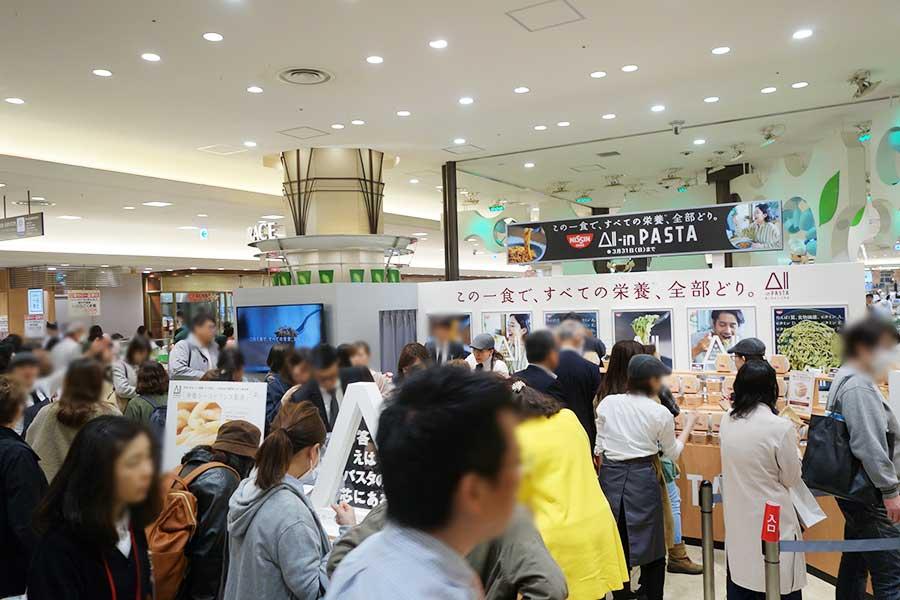 「阪急うめだ本店」では31日までなら連日数量限定で販売。開店時から行列ができ、人気のボロネーゼは13時で完売