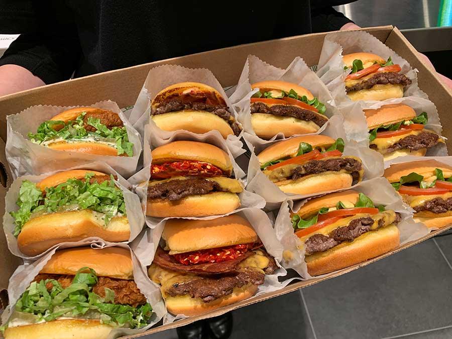 ビーフやチキンバーガーのほか、マッシュルームを使ったベジタリアン用メニューも