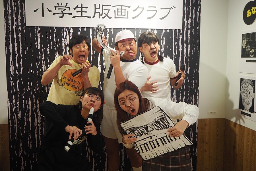 バキバキメイクで挑んだ女性2人組とロバートの3人(24日・大阪市内)