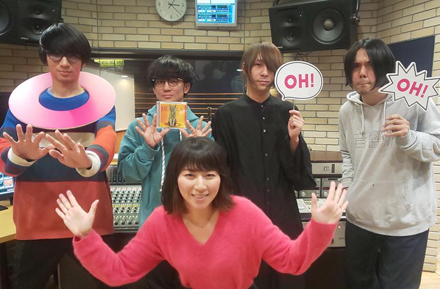 FM OH!『なんMEGA!』にゲスト出演したヒトリエ、前列はDJの前田彩名(大阪市内)