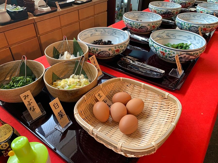 大根千切煮やきんぴらごぼうなど、おばんざいは8種類。漬物は3種類。ブッフェスタイルで自由に楽しめる