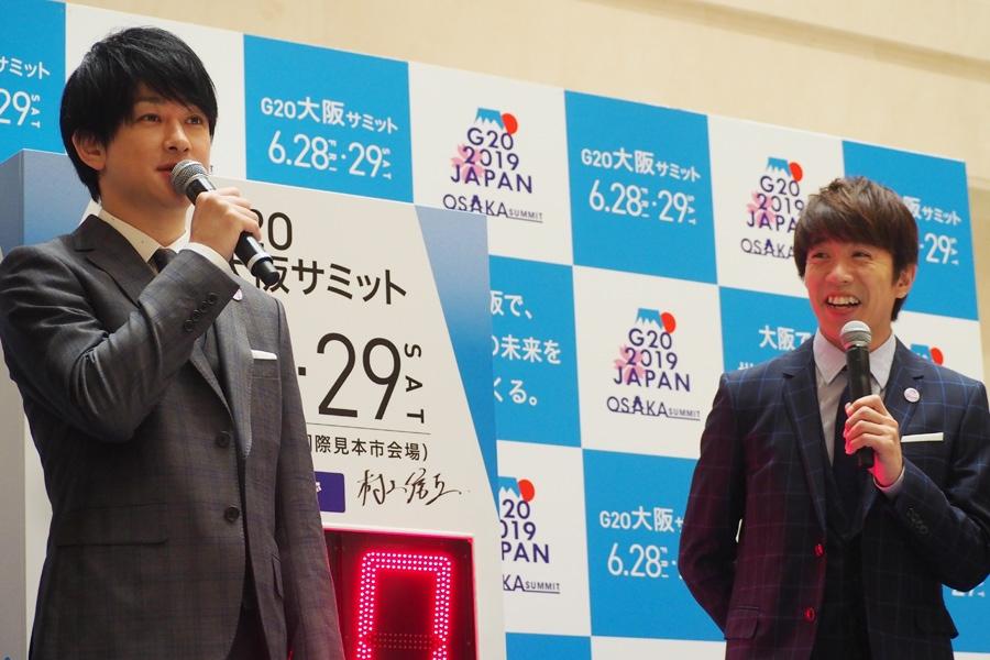 『G20大阪サミット』開催100日前カウントダウンボードの除幕式に出席した関ジャニ∞の横山裕(左)と村上信五(20日、大阪市内)