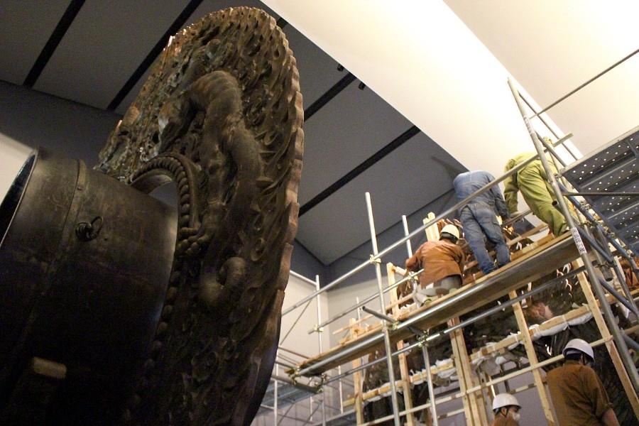 メディアに公開された、美術院「国宝修理所」による鼉太鼓組。花山院宮司は「自然光の方が迫力があり、陰影が出てくる」と特別に自然光での撮影が許可された