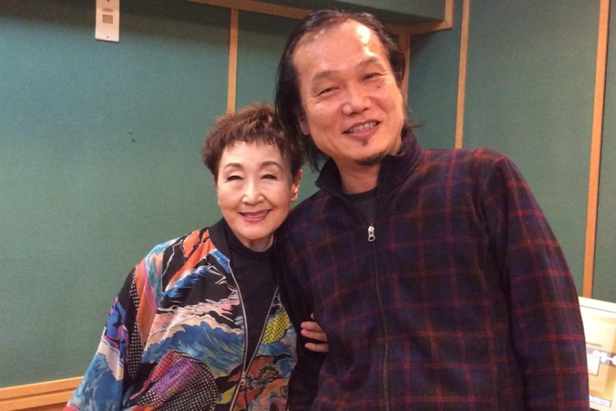 FM COCOLO『THE MAGNIFICENT FRIDAY』に登場した加藤登紀子、右はDJの加美幸伸(29日・大阪市内)