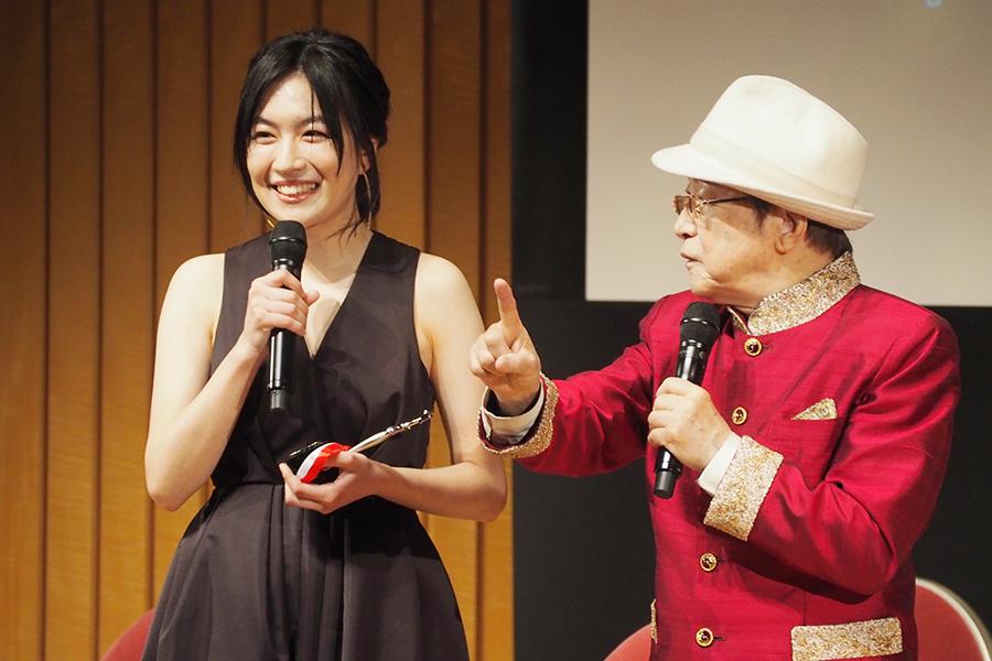 『おおさかシネマフェスティバル2019』で新人女優賞に輝いた木竜麻生(左)と司会の浜村淳(3日・大阪市内)