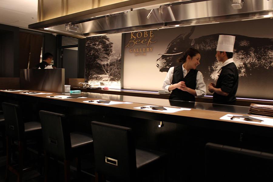 「神戸ビーフ館」レストランのカウンターは8席、テーブル4席で計12席