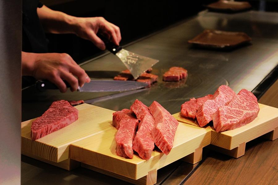 日替わりで赤身の部位を食べ比べできる、神戸ビーフ鉄板焼き食べ比べステーキ(70g)は4500円(税別)