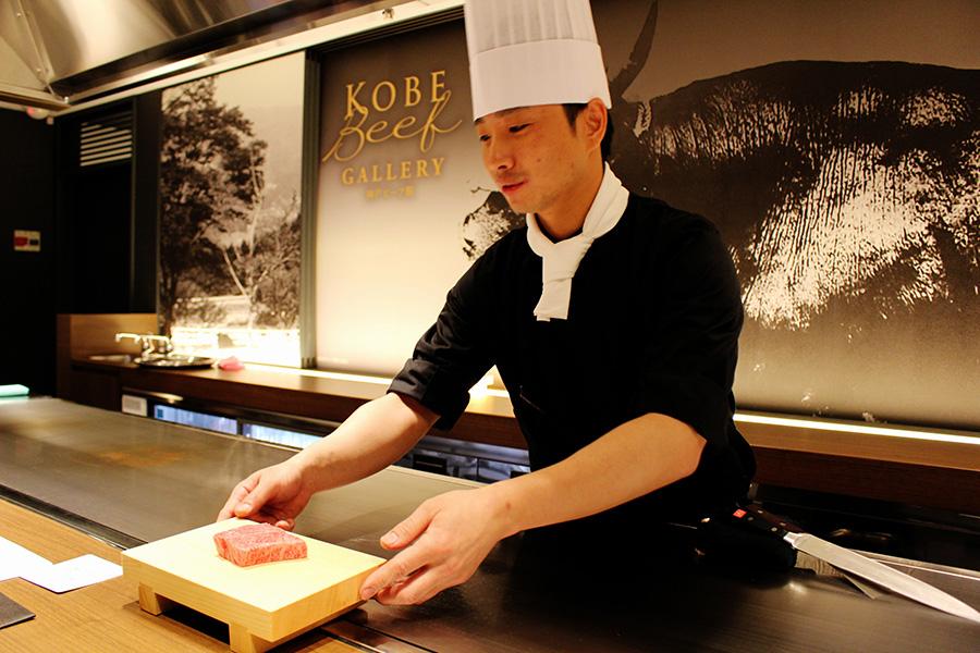 ロースステーキ70gのイメージ。神戸ビーフ鉄板焼ロースステーキ(70g)は、焼き野菜、サラダ、ご飯、赤だし、香の物がついて5000円(税別)