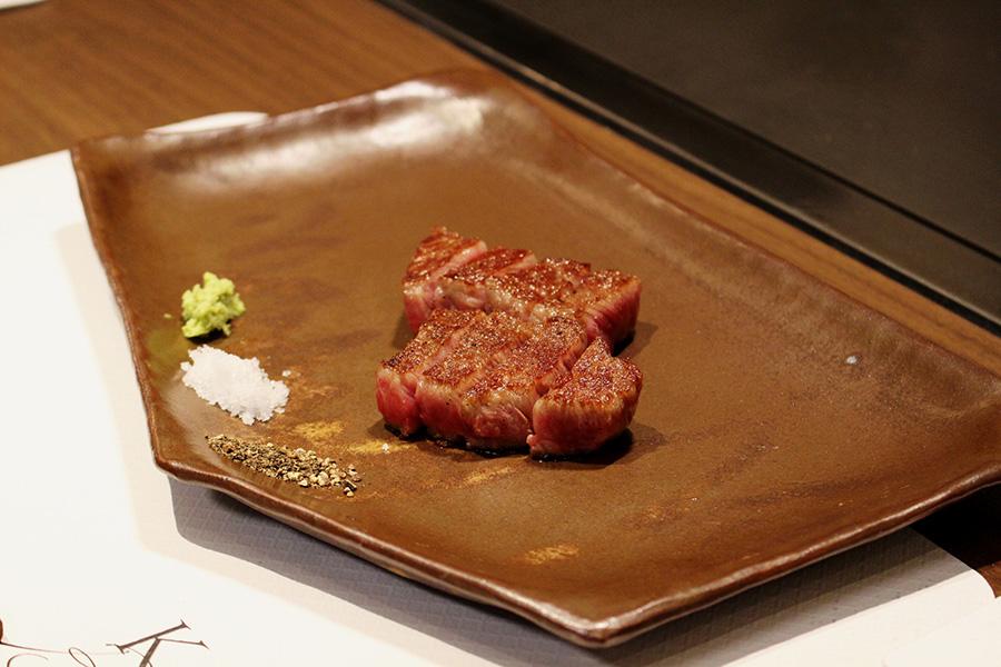 神戸ビーフ鉄板焼ロースステーキ(70g)は、焼き野菜、サラダ、ご飯、赤だし、香の物がついて5000円(税別)