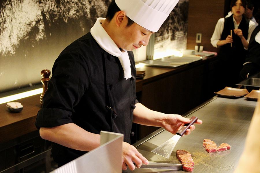 霜降りの神戸ビーフを目の前の鉄板で一気に焼き上げる