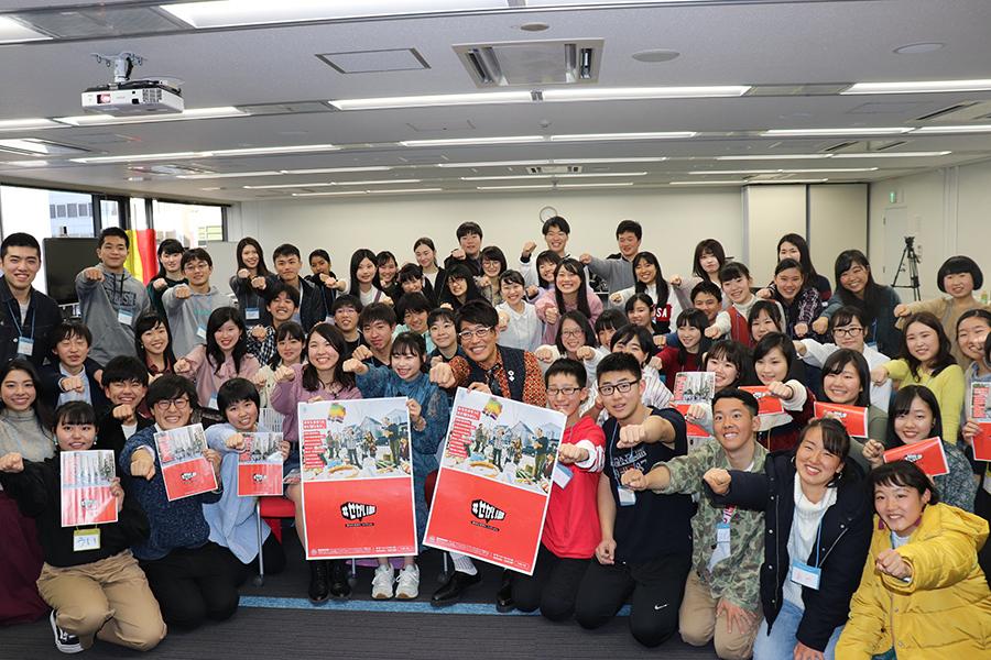 『#せかい部 公式オフ会Vol.2』に参加した高校生60人と記念撮影する古坂大魔王(17日・大阪市内)