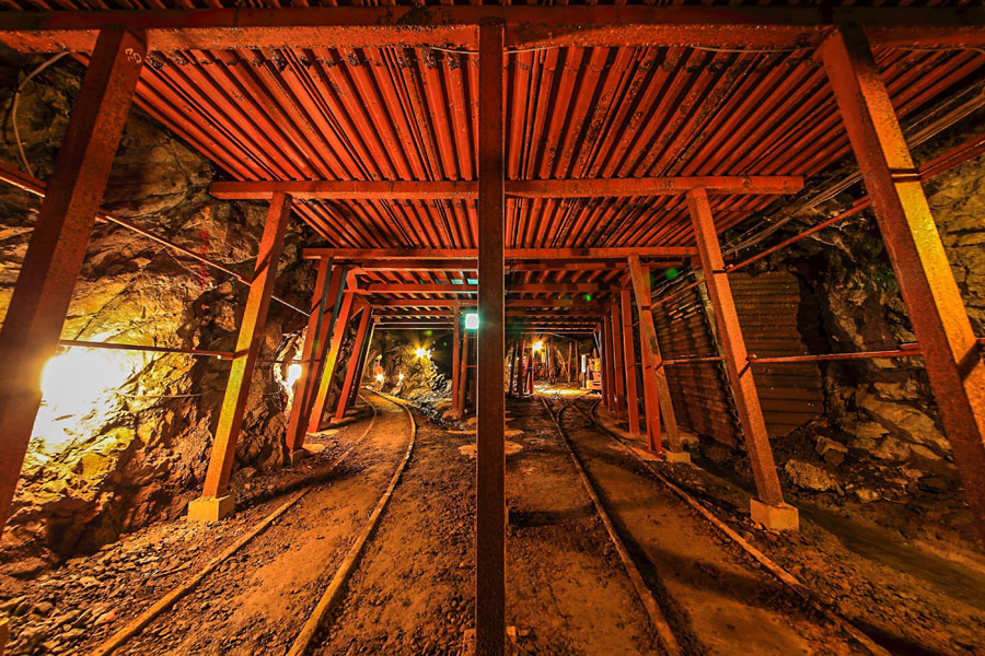 養父市の明延鉱山では、採掘した鉱石を専用列車で神子畑選鉱場に運んだ