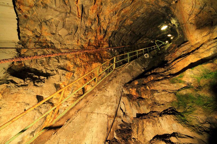 銀や銅、亜鉛が採れた、生野銀山の坑道