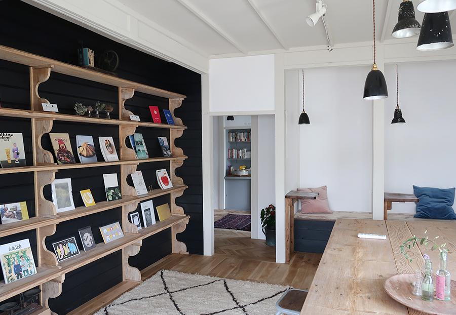 「784JUNCTION CAFE」1階の図書ルームでは神戸・元町の書店「1003」のセレクトによる「食の本棚」も展開される