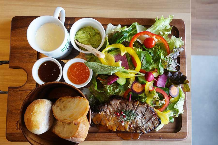 「おやさいガーデン TIERRA カフェ&キッチン」の、アボ豚のローストポーク1800円。サラダやパン(または十二穀米)はお替わり可