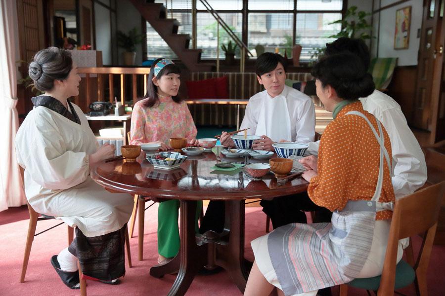 以前の家に引っ越した立花家。朝食を囲みながら幸(小川紗良)の大学の話を聞く、鈴(左・松坂慶子)、源(西村元貴)、福子(右・安藤サクラ)
