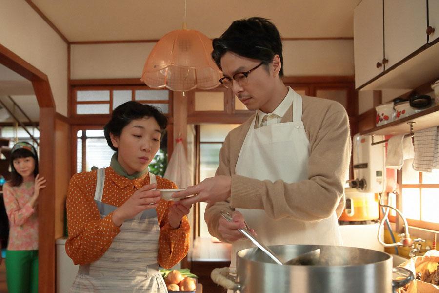 スープの味が決まらず「最初からやり直そう」と福子(安藤サクラ)に言う萬平(右・長谷川博己)と、それをこっそり覗く娘の幸(左・小川紗良)
