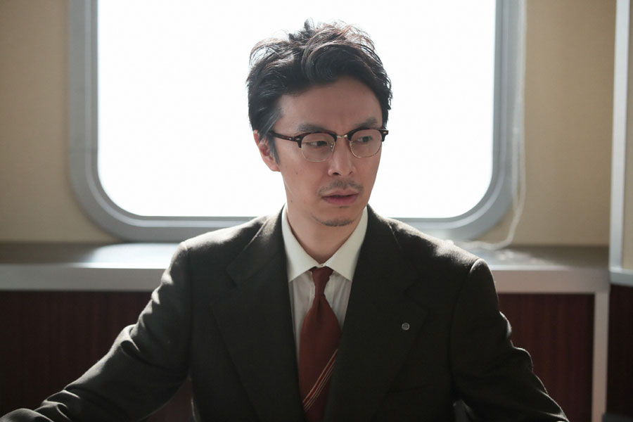 世良勝夫(桐谷健太)から幸とレオナルドのことを聞かれ、困惑する萬平(長谷川博己)