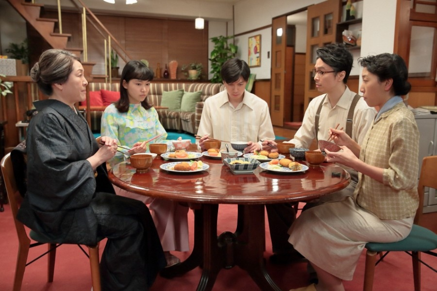 立花家の居間で、「あなたはレオナルドさんのことホンマにわかってるの?」と幸(小川紗良)に聞く鈴(左・松坂慶子)。一方、源(西村元貴)は萬平(長谷川博己)に「お父さんは何を作りたいん」と聞き・・・