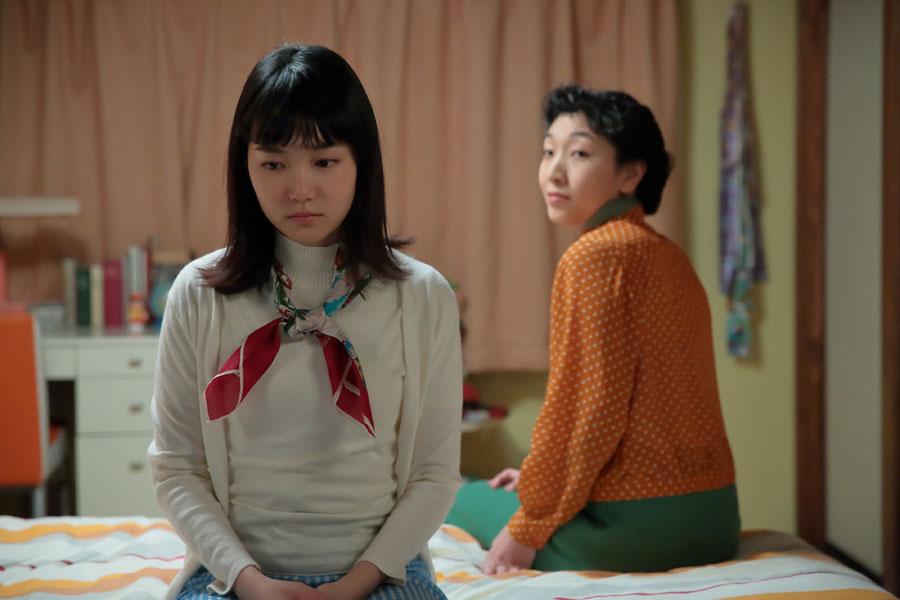 幸(左・小川紗良)の部屋を訪れ、「1人で抱え込まんといて、幸」と声をかける福子(安藤サクラ)