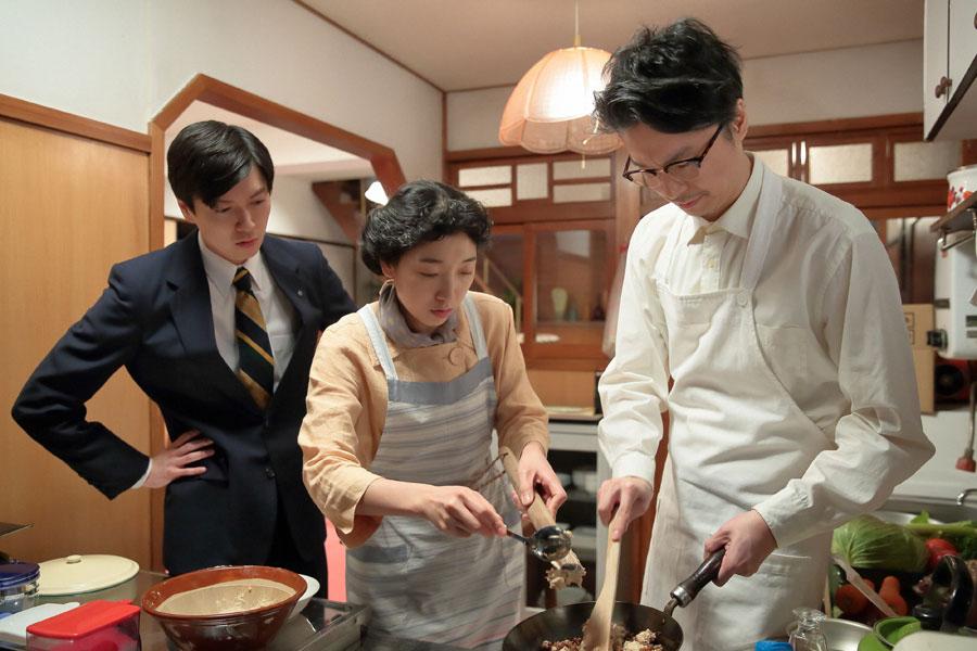 まんぷくヌードルに入れる肉を作る福子(安藤サクラ)と萬平(長谷川博己)、それを見守る源(西村元貴)
