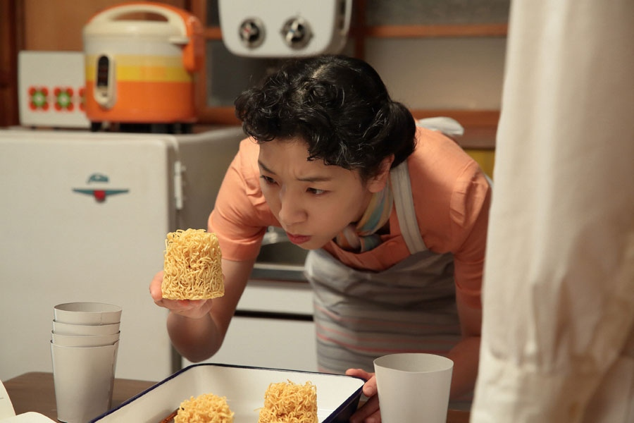 カップの底にぶつかって麺が折れるという問題について考える立花福子(安藤サクラ)
