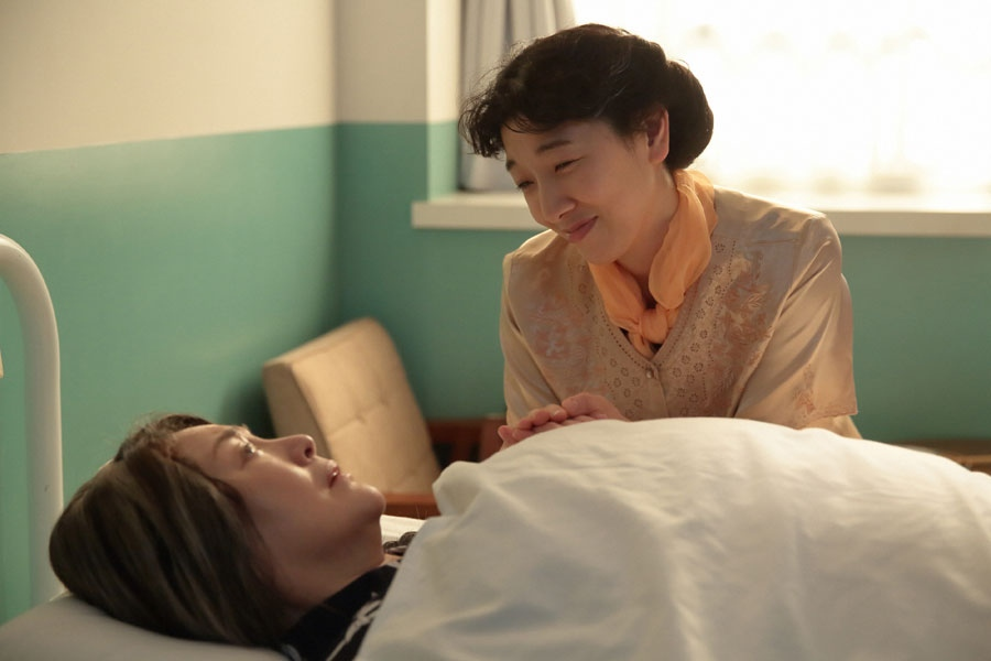 個室病室にて、手術は無事に終わったと鈴(松坂慶子)に伝える福子(安藤サクラ)