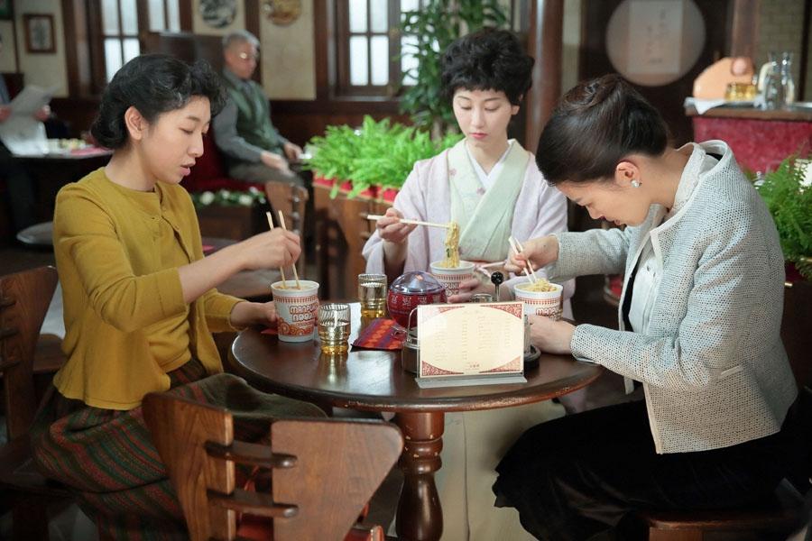 「パーラー白薔薇」で親友の敏子(中央・松井玲奈)とハナ(右・呉城久美)に、「まんぷくヌードルは画期的な商品だけど、ほかに何かないのかずっと考えている」と話す福子(安藤サクラ)