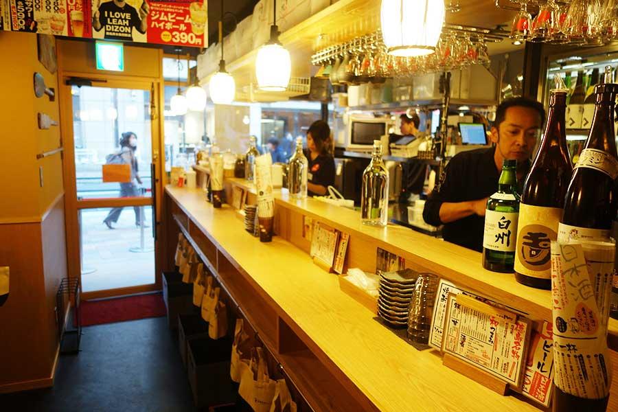 「茶屋町Marry」の店内は2分されており、和(写真)とイングリッシュパブな空間に。奧にはテーブル席もあり