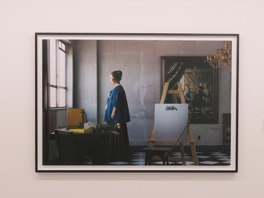 森村泰昌《自画像の美術史(フェルメールの部屋を訪れる)》 2016年 カラー写真
