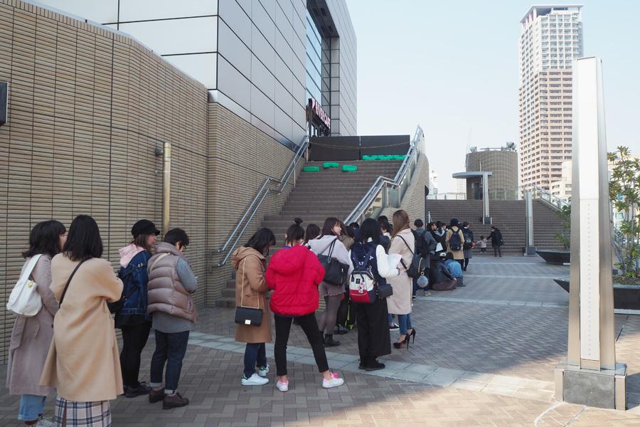 開店前に200人以上の行列ができた(15日・大阪市内)