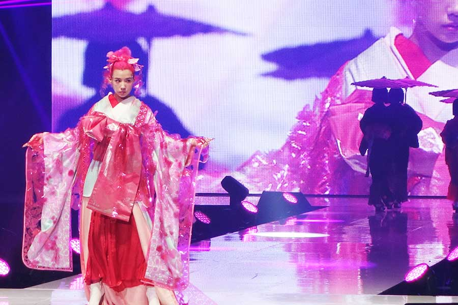 ピンクの髪と衣裳で登場した仲里依紗