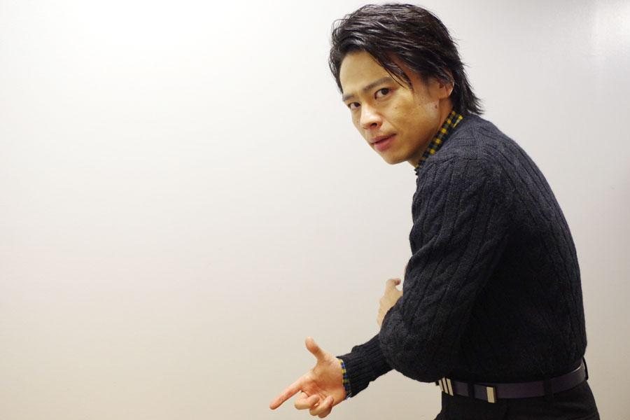 舞台『銀河鉄道999』で演じる星野鉄郎のポーズをとる中川晃教