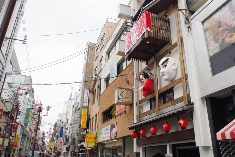 道頓堀通りに面した「並木座」。文楽人形と歌舞伎役者をモチーフにしたモニュメントが目印