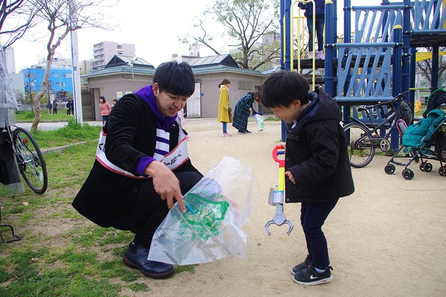 小さな子どもとゴミ拾いをおこなう、からし蓮根の伊織(23日・大阪市内)