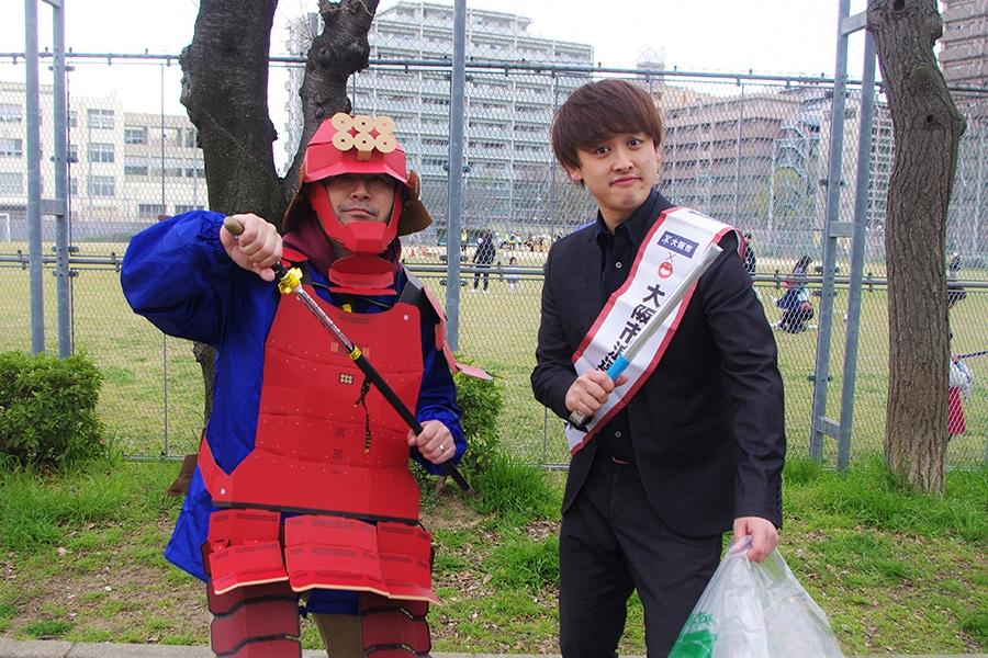 段ボールの鎧をかぶった真田幸村(左)とからし蓮根・杉本青空(23日・大阪市内)