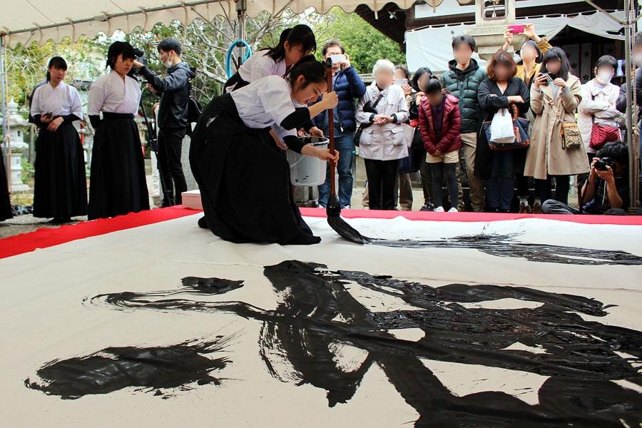「楽寿」を書く奈良県立桜井高校書芸コースで書道部の平田優奈さん(17歳)。学校では、ほぼ毎日筆を握る生活を送る